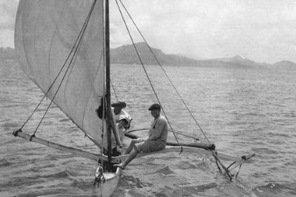 Jack et Charmian London sur la pirogue de Tehei devant l'île de Tahaa, Polynésie française.