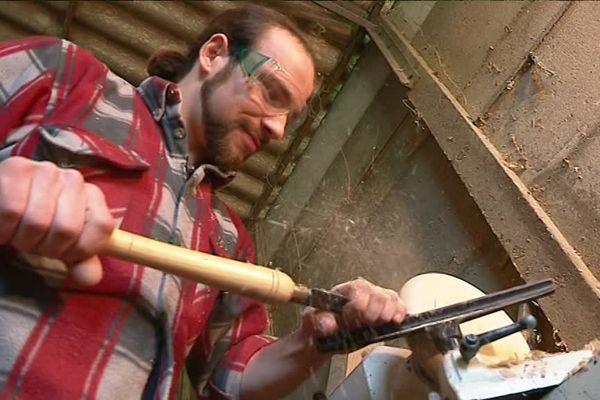 Bastien Nourry, 27 ans, est sculpteur sur bois près du Lonzac, en Corrèze.