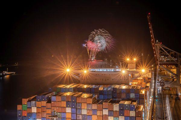 Feu d'artifice à l'arrivée du Champs-Elysées dans le port de Dunkerque vendredi 4 décembre 2020.