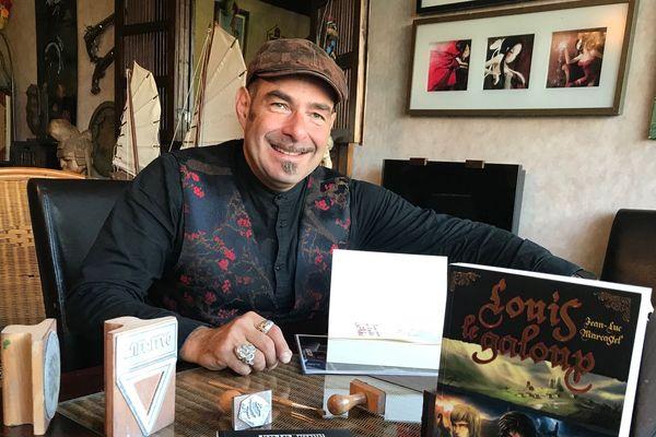 L'écrivain originaire d'Aurillac Jean-Luc Marcastel utilisera ses tampons pour dédicacer ses romans à la Foire du Livre de Brive.