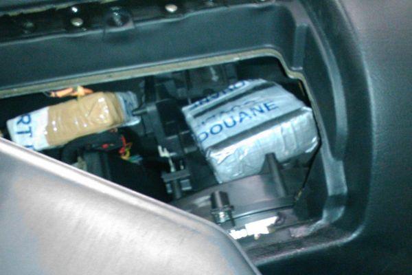 La marchandise était dissimulée à plusieurs endroits dans la voiture.