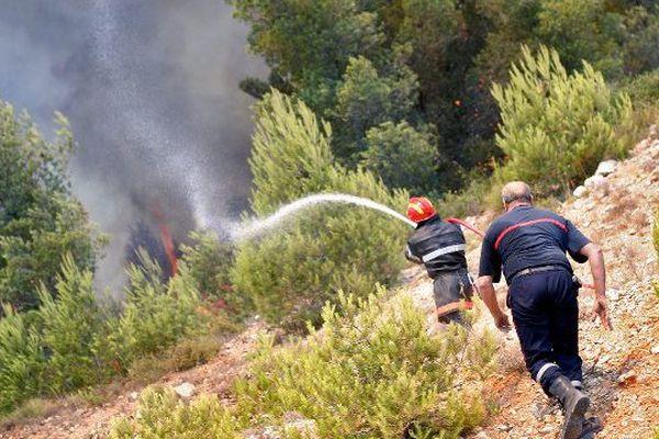 Des pompiers interviennent sur un feu à Montpellier, en 2003.