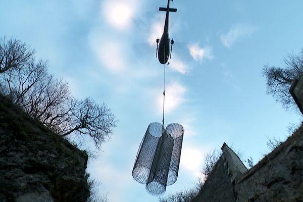 Le chantier n'est accessible que par hélicoptère pour acheminer les matériaux. C'est une opération de haute-précision