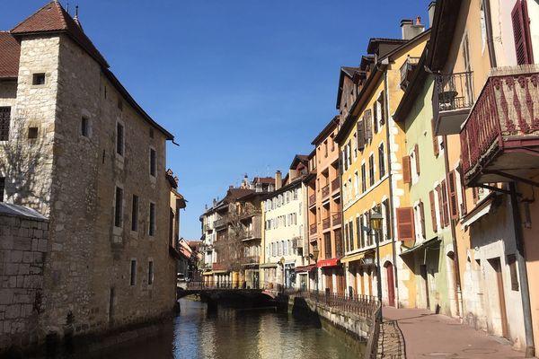 L'entrée de la vieille ville d'Annecy, déserte.
