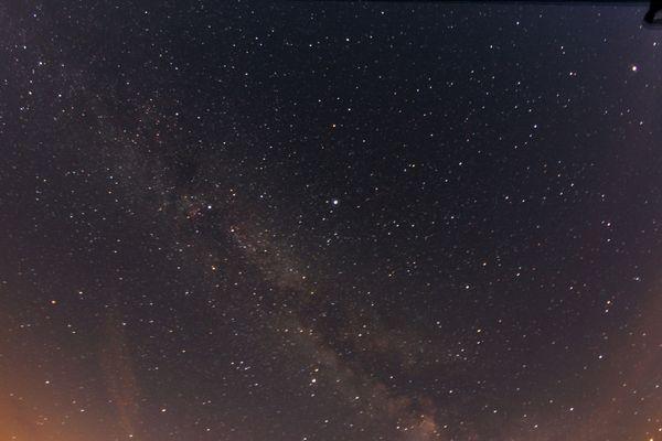 La voie lactée, des centaines de milliards d'étoiles et de planètes visibles sous forme d'une bande blanchâtre