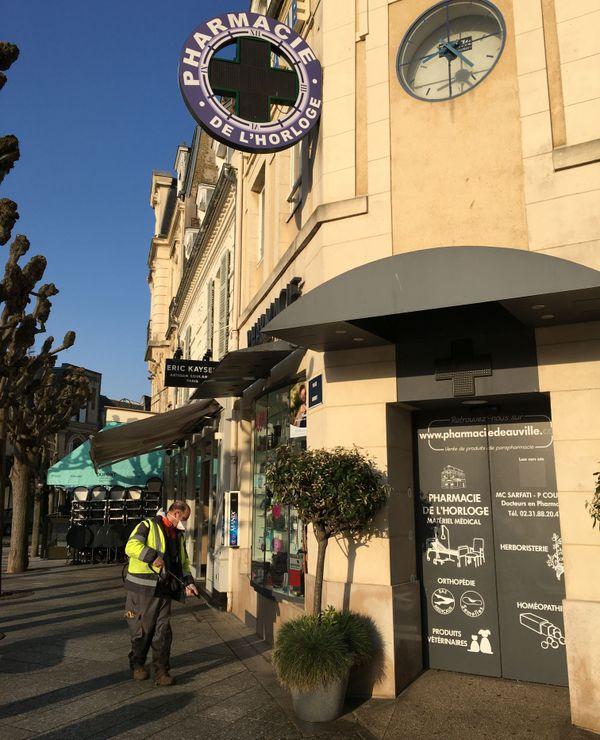 Désinfection des abords d'une pharmacie, place Morny, à Deauville