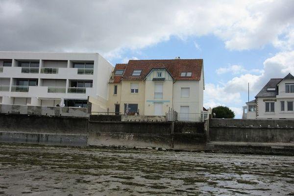 Construite en 1928, la villa dans laquelle Georges Simenon séjourna existe toujours. Elle est située avenue des Sables Blancs, le long de la plage du même nom. L'auteur s'installait face à la mer pour y écrire près de 100 pages par jour.