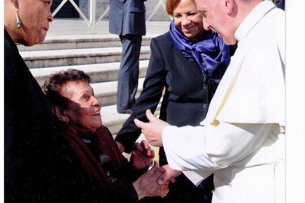 Irène Castera lors de sa rencontre avec le Pape François