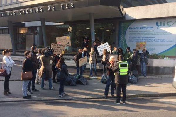 Un petit groupe de militants veulent protester contre la reconstruction de l'incinérateur d'Ivry.