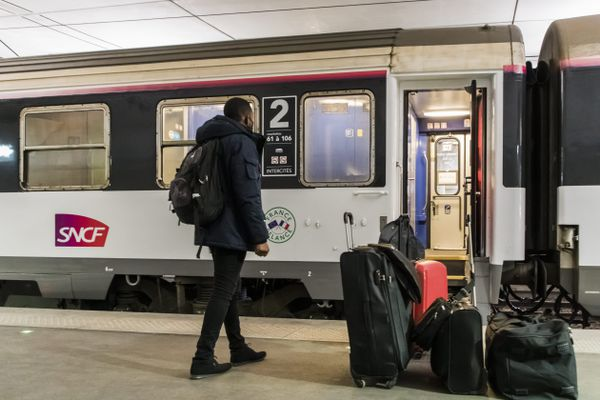 """Pour mettre en place ses liaisons de train """"dans les territoires enclavés"""" , Railcoop devrait racheter des rames d'occasion à la SNCF (image d'illustration))"""