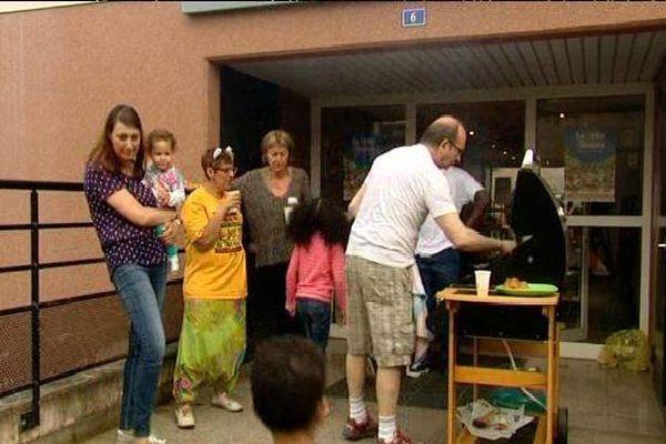 Barbecue entre voisins devant l'entrée d'un immeuble vendredi à Schiltigheim
