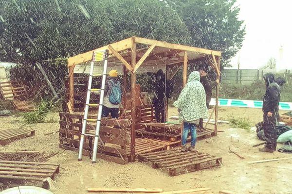 Des cabanes ont commencé à être installées.