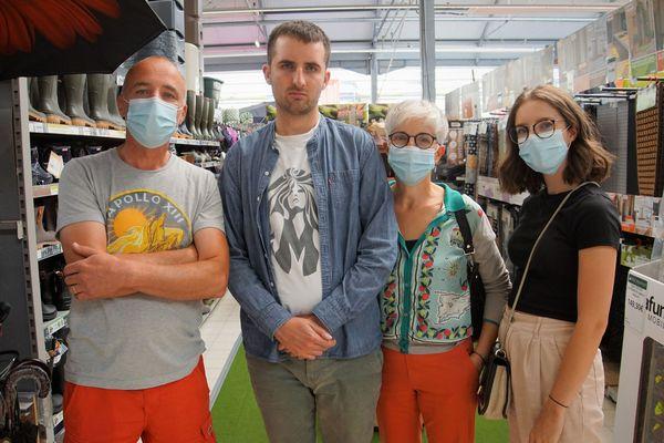 Malo Kerouédan,dispensé de porter le masque dans une jardinerie à Quimper, entouré de ses parents et de sa soeur, Solenn
