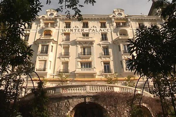 La façade de l'Hôtel Winter-Palace et son jardin.