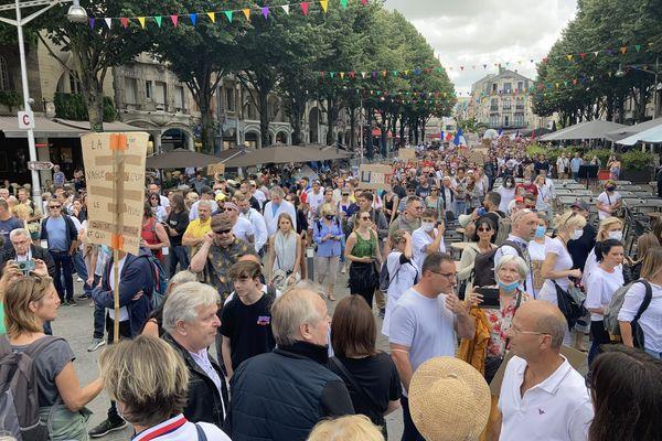 Un nombre important de manifestants ont de nouveau marché dans le centre-ville de Reims contre le pass sanitaire