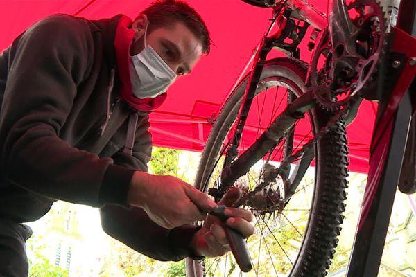 La clientèle ne manque pas, elle est même parfois trop abondante pour le petit atelier de réparation ambulante de cycles.
