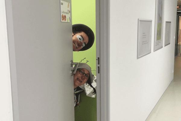 """Les clowns Flambert et Patafix, de l'association """"Le Rire médecin"""", à l'hôpital Gustave-Roussy."""
