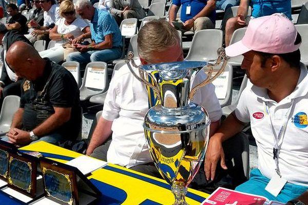 En demie-finale, une coupe est remise à l'équipe et un trophée est offert à chaque joueur
