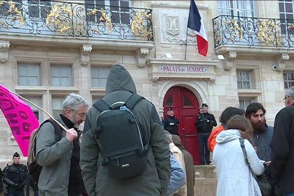 Des militants anti-nucléaire devant le tribunal de Bar-le-Duc (Meuse)
