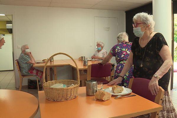 Les repas sont pris de façon collective dans cette maison de retraite municipale
