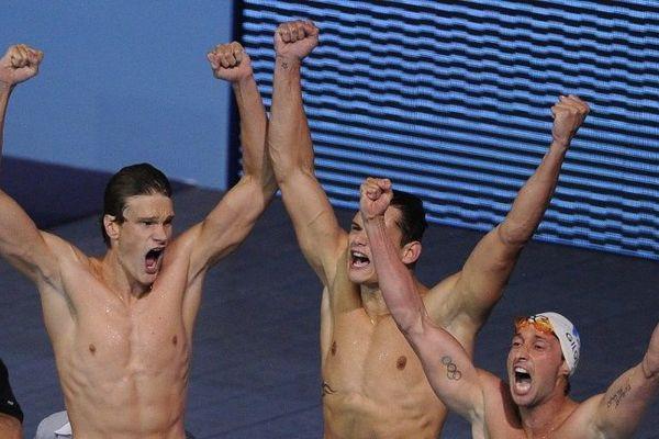 Yannick Agnel, Florent Manaudou et Fabien Gilot célèbrent leur victoire au relais de 4X100m nage libre aux Mondiaux 2013.