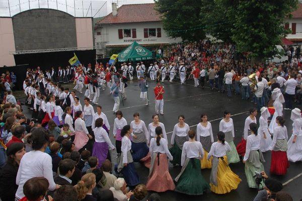 Tout le village se mobilise pour cet événement très attendu comme ici à Itxassou (2007)
