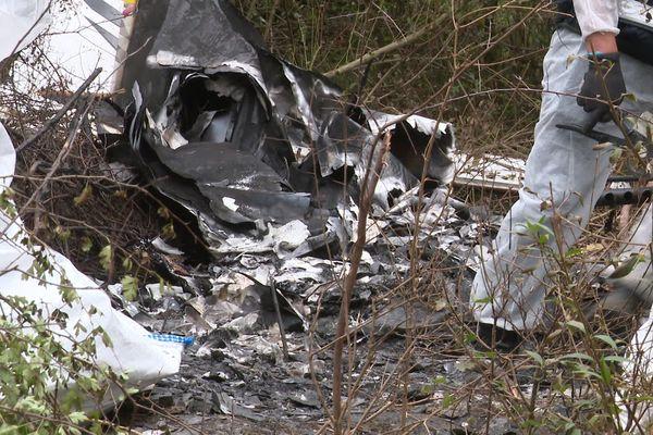 L'appareil s'est écrasé dans une zone boisée avec trois personnes à bord.