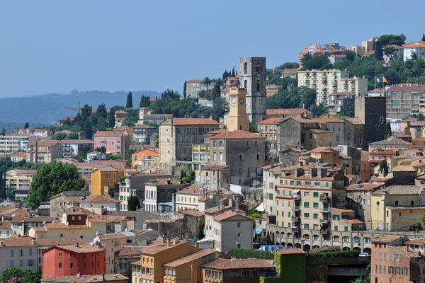 A Grasse, dans les Alpes-Maritimes, une candidate aux élections départementales affirme avoir été agressée par un candidat RN. Le Rassemblement National nie l'agression.