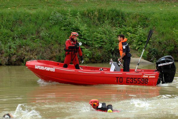 Des plongeurs sapeurs-pompiers lors d'un exercice de secours, illustration.