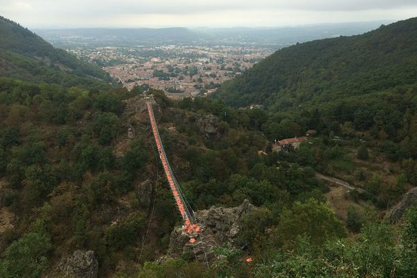 La passerelle domine la vallée de l'Arnette