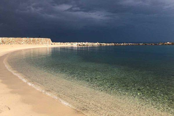 La plage de la Gravette, dans le centre d'Antibes, déserte ce jeudi.
