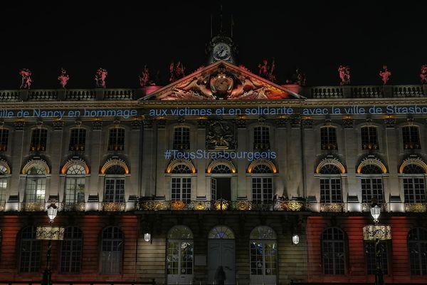 Nancy : message sur la mairie Place Stanislas en hommage aux victimes de Strasbourg, mercredi 12 décembre 2018.