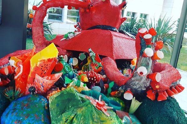Polo le poulpe, la mascotte de l'événement a été réalisée par 500 enfants à partir de déchets issus des calanques.