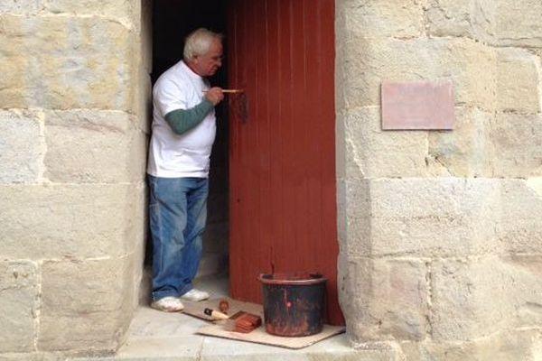 Une centaine de bénévoles ont redonné un coup d'éclat aux boiseries de la Cité de Carcassonne avec une peinture ocre fabriquée selon la recette en vigueur au Moyen-Age