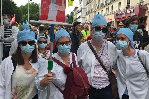 Des centaines de manifestants ont défilé en centre-ville de Tours dans l'après-midi.