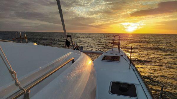"""Un coucher de soleil à bord du """"Family Time""""."""