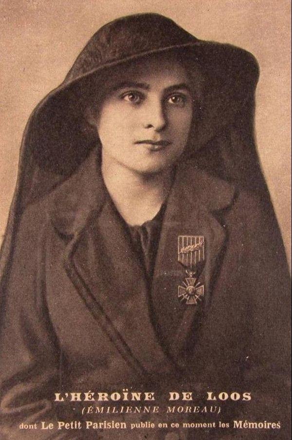 Carte postale à l'effigie d'Emilienne Moreau datant de 1916. Les poilus connaissent sa réputation de résistante. Cette carte était distribuée sur le front pour donner du courage aux soldats.
