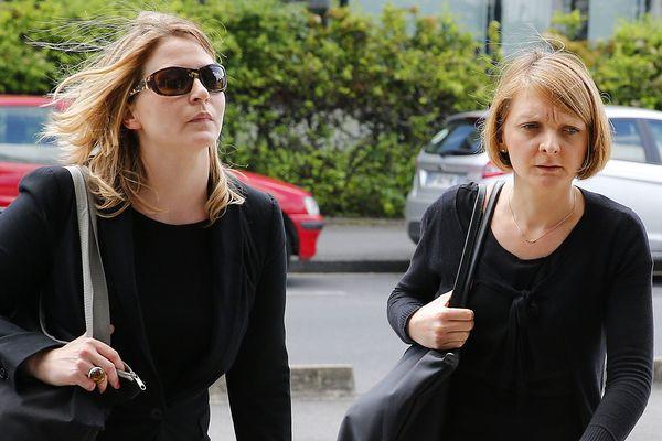 Rachel, l'épouse de Vincent Lambert (à droite, ici le 9 juin 2016 en compagnie de son avocate) se bat depuis 2013 pour laisser partir son mari. À l'instar des parents de Vincent Lambert, qui bénéficient de l'aide de la Fondation Lejeune pour le maintenir en vie, elle pourrait bénéficier du soutien financier d'une cagnotte en ligne.