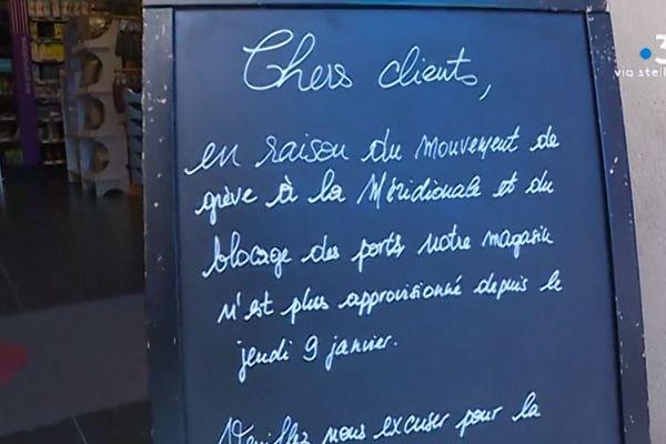 Un panneau affiché à la sortie d'une supérette de Bastia.