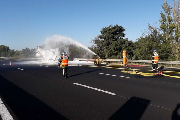 Lespignan (Hérault) - L'autoroute A9 reste coupée dans le sens concerné par l'incendie. 22 septembre 2021.