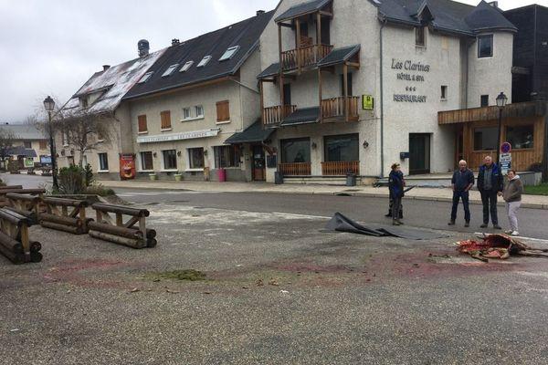 L'attaque a eu lieu au centre du village, à côté des commerces et près de l'école.