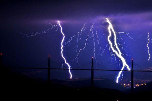 Photo d'archive : orage sur le viaduc de Millau