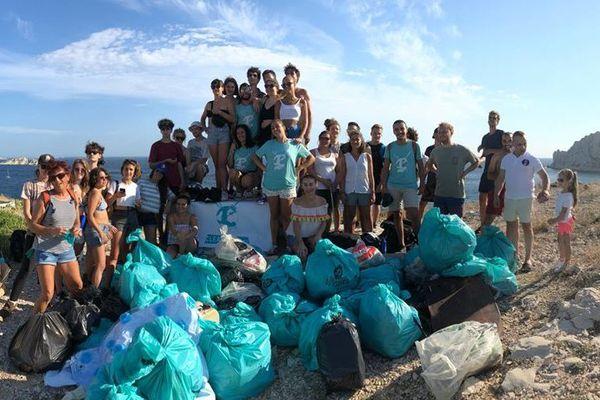 L'association Clean My Calanques, créée en 2017 par un étudiant marseillais pour allier randonnée et ramassage des déchets dans les Calanques de Marseille