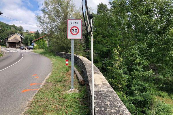 Troisième cycliste tuée le 17 août 2021 et sinistre loi des séries : une femme de 30 ans tuée sur une route de Valromey (Ain) par une remorque mal attachée...