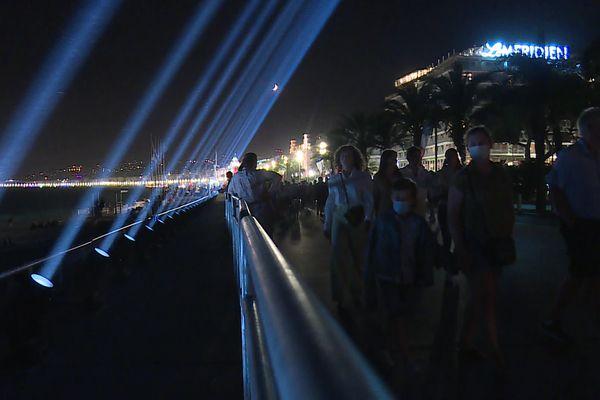 86 faisceaux lumineux ont éclairé le ciel en mémoire aux 86 victimes décédées de l'attentat du 14 juillet 2016.