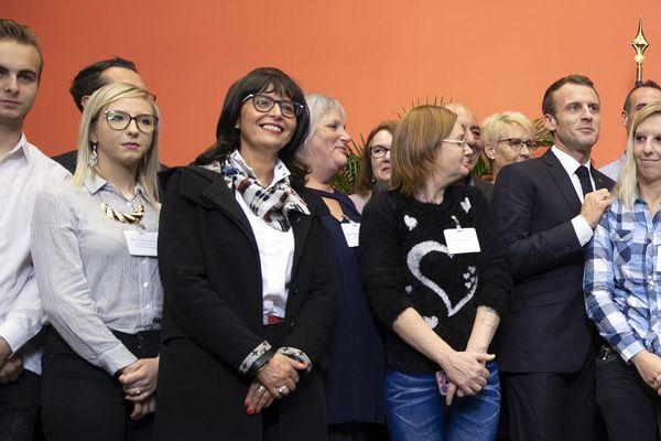 Océane Bouillez (deuxième en partant de la gauche) pose aux côtés d'Emmanuel Macron, le vendredi 9 novembre 2018, à Lens (Pas-de-Calais).