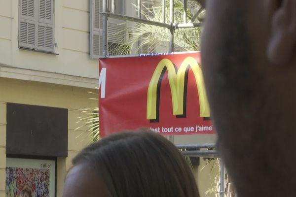 Des salariés en grève devant l'enseigne du McDonald's du haut de Jean-Médecin, à Nice.