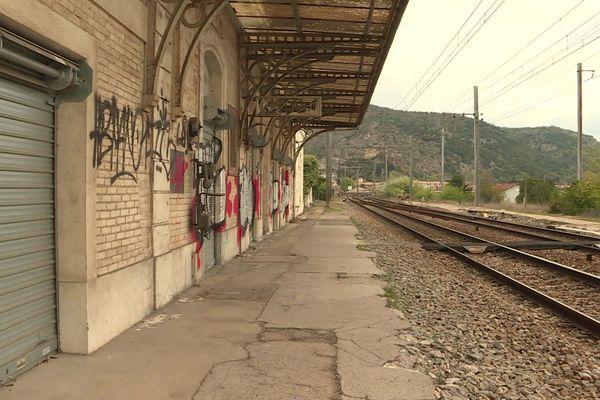 Si les voies sont en état car le Fret n'a jamais cessé, les quais des gares sont à refaire, il faut également créer des passerelles sécurisées et prévoir l'accueil des voyageurs bien sûr.