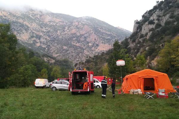 Le camp de base des secours chargés de remonter à la surface un spéléologue coincé dans la grotte du Figuier à Fuilla (Pyrénées-Orientales)