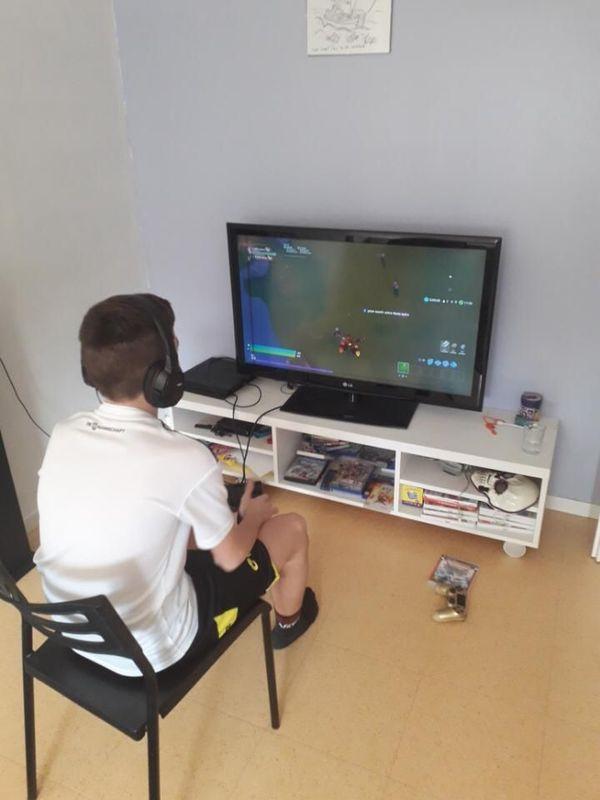 En période de confinement, Mehdi, 13 ans, joue d'avantage au jeu video que d'habitude.